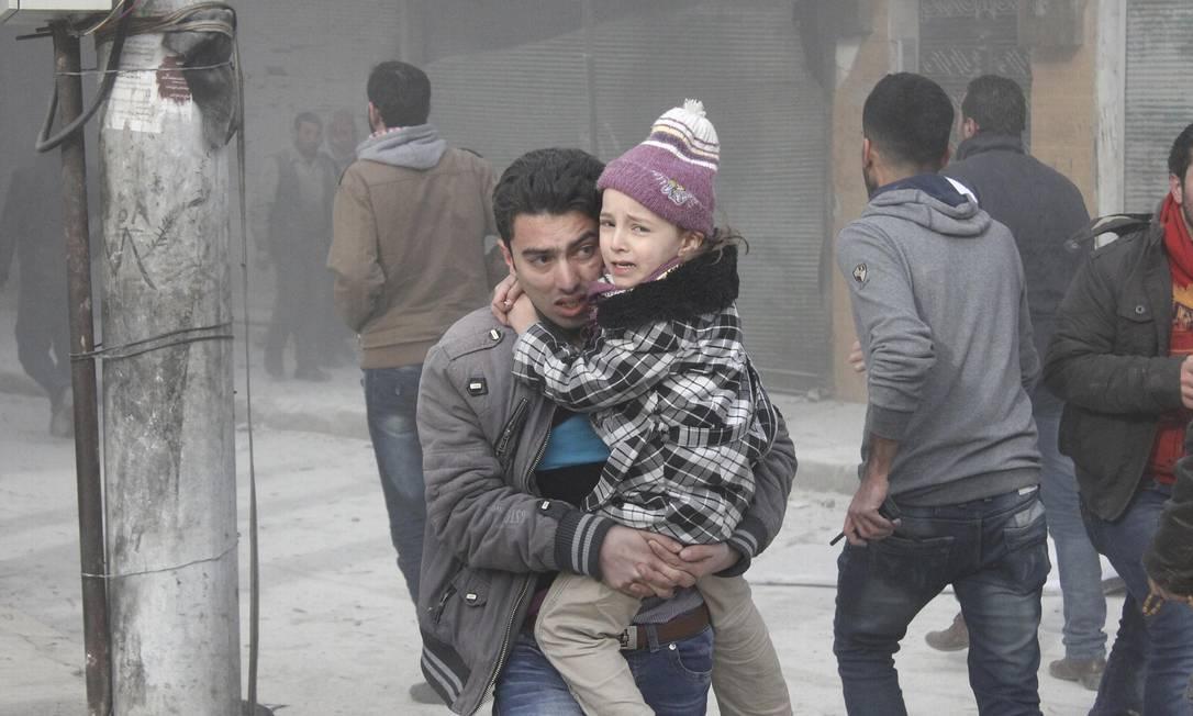 Moradores fogem em função da iminência de ataques no bairro de Dahra Awad de Aleppo Foto: STRINGER / REUTERS