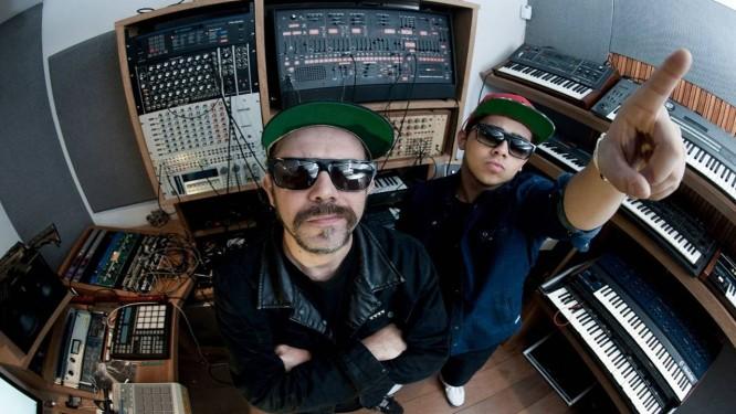 Zegon e Laudz em estúdio de gravação, em março de 2013 Foto: Facebook.com/Tropkillaz / Reprodução