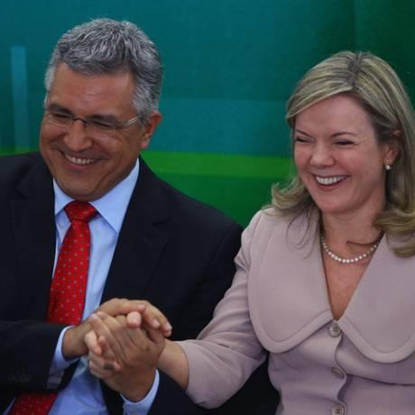 Alexandre Padilha (Saúde) e Gleisi Hoffmann (Casa Civil) em cerimônia que marcou a despedida de ambos dos ministérios Foto: André Coelho / O Globo