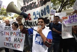 Imprensa na mira. Jornalistas protestam em Caracas: com grave crise econômica, falta papel para imprimir jornais, e governo coíbe meios de comunicação Foto: JUAN BARRETO / AFP/28-1-2013