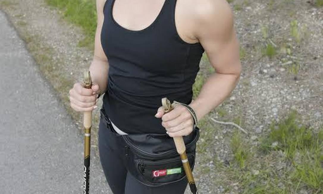 Praticante de Nordic Walking usa bastões para caminhar: equipamento ajuda a manter a postura Foto: Divulgação