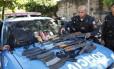 PM organiza armas e drogas apreendidas durante operação no Morro do Juramento
