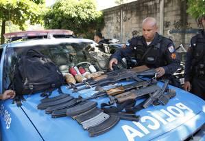 PM organiza armas e drogas apreendidas durante operação no Morro do Juramento Foto: Marcos Tristão / O Globo