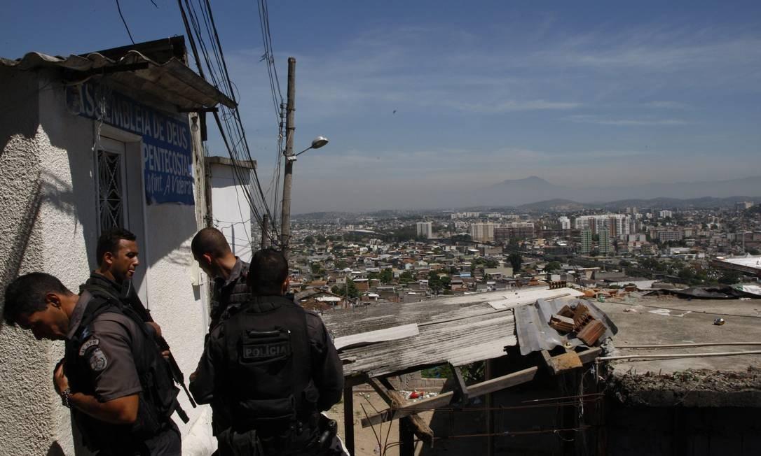 Policiais militares no alto da comunidade Foto: Marcos Tristão / O Globo