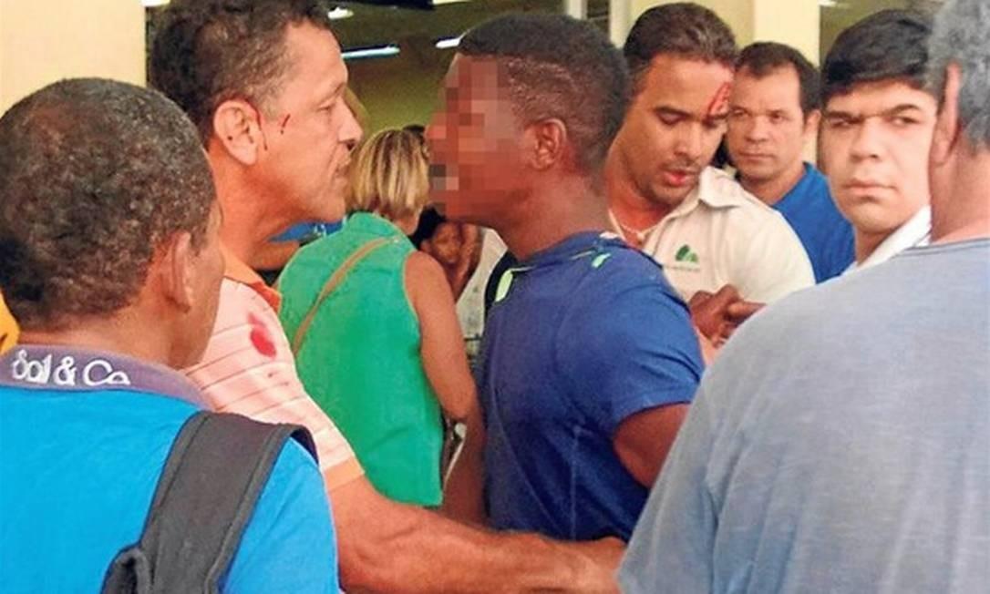 Adolescente tenta roubar comida e quase é linchado Foto: O Globo / Foto do leitor Eduardo Homem de Carvalho