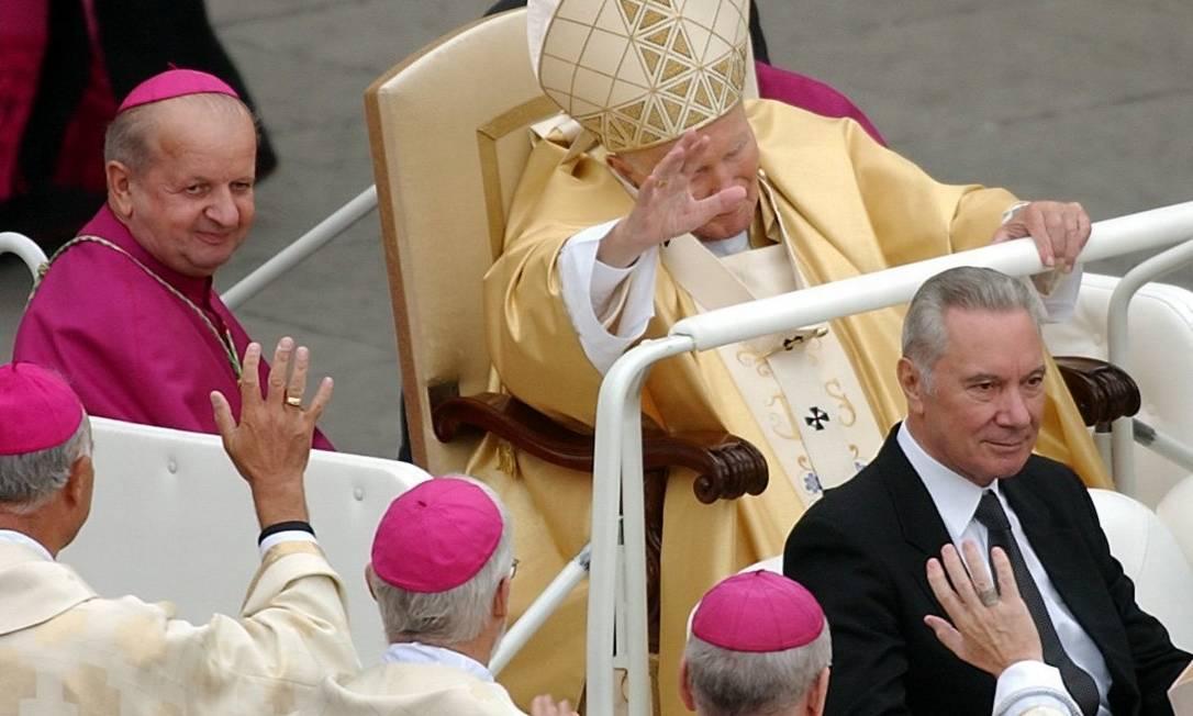 Dziwisz acompanha o Papa João Paulo II durante uma cerimônia, em 2005, na Praça de São Pedro. Foto: Pier Paolo Cito