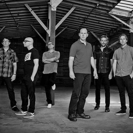 O Bad Religion: Da esquerda para a direita, Brian Baker, Mike Dimkich, Brett Gurewitz, Greg Graffin, Jay Bentley e Brooks Wackerman Foto: Divulgação