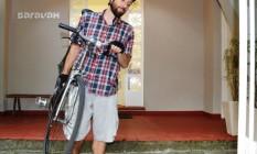 Além de horários flexíveis, a agência carioca Saravah Branding & Design permite o uso de sandálias rasteiras e bermudas para os dias quentes. Na foto, o funcionário Lucas Gómes deixa o escritório de bermuda e bike Foto: Carlos Monteiro