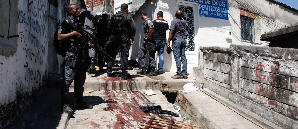 Policiais militares durante operação no Morro do Juramento nesta terça-feira Foto: Marcos Tristão / O Globo