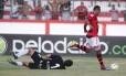 Alecsandro marcou três dos cinco gols do Flamengo diante do Boavista. Mas neste lance, o toque para as redes foi anulado, por impedimento Foto: Marcelo Theobald / Agência O Globo