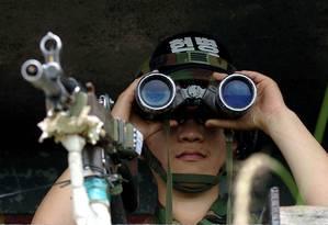 Ssoldado sul-coreano mantém vigília em ponto de observação, no lado sul da zona desmilitarizada Foto: JUNG YEON-JE / AFP