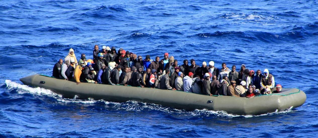 Um dos seis barcos com imigrantes resgatado pela Marinha no mar Mediterrâneo, perto de Lampedusa no começo do ano Foto: - / AFP