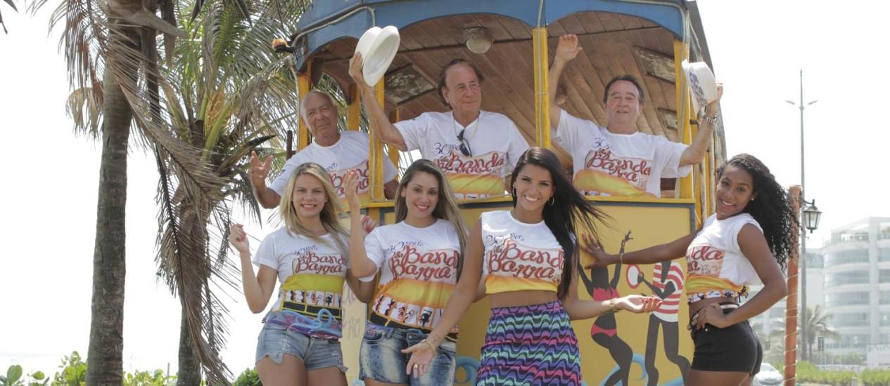 Integrantes da Banda da Barra com modelos e a nova rainha, Bianca Leão (de saia): renovação Foto: Agência O Globo / Bia Guedes