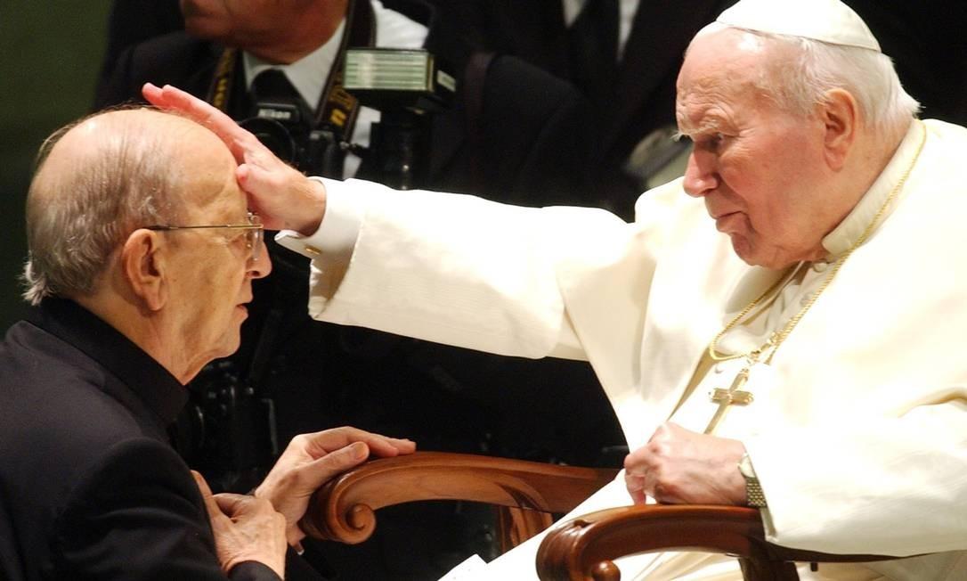 Bênção. João Paulo II e Marcial Maciel, fundador dos Legionários de Cristo Foto: AP/30-11-2004