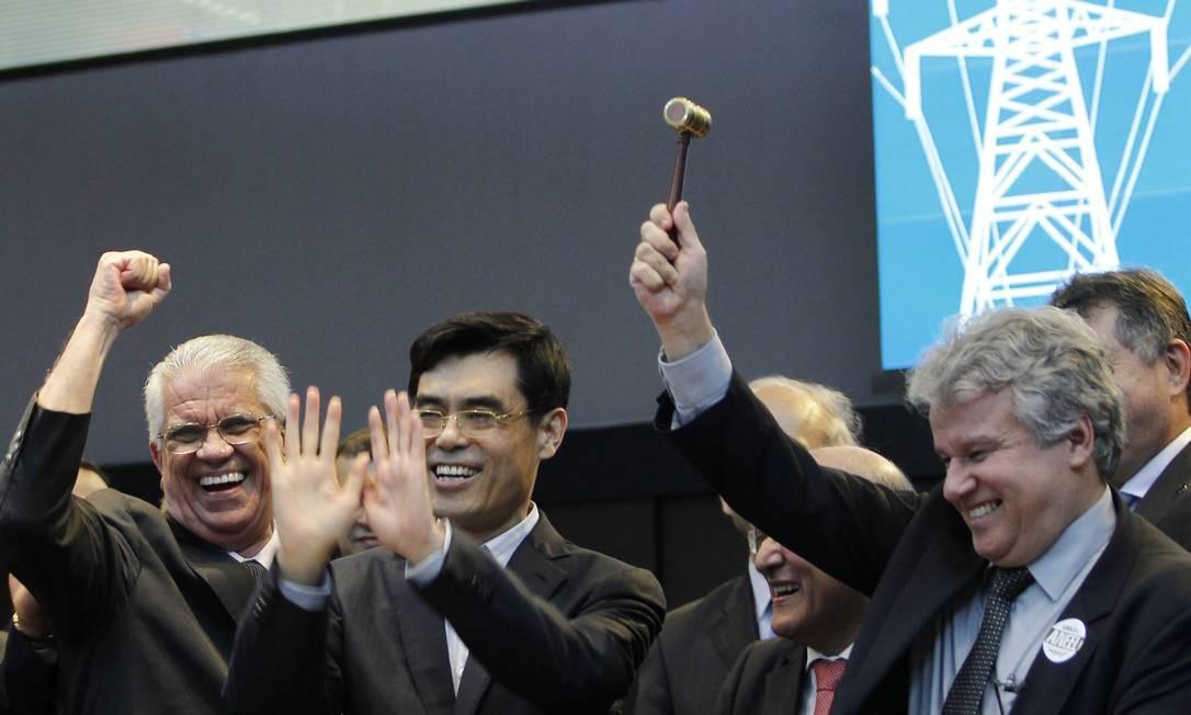 Cai Hongxian (ao centro), presidente do grupo State Grid, e José da Costa Carvalho, presidente da Eletrobras, com o martelo: consórcio foi o vencedor do leilão de concessão da linha de transmissão de Belo Monte Foto: Michel Filho / O Globo