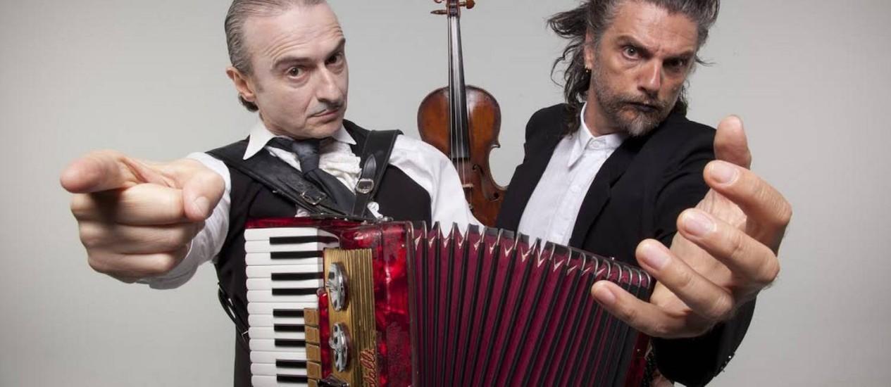 Nico, à esquerda, ao lado de Hique Gomez, seu companheiro de palco em 'Tangos e tragédias' Foto: Divulgação