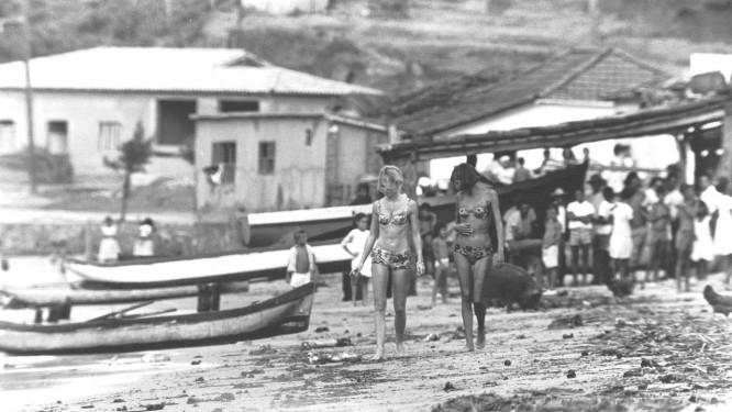 Romance. Brigitte Bardot caminha de biquini na praia Foto: Walter Firmo