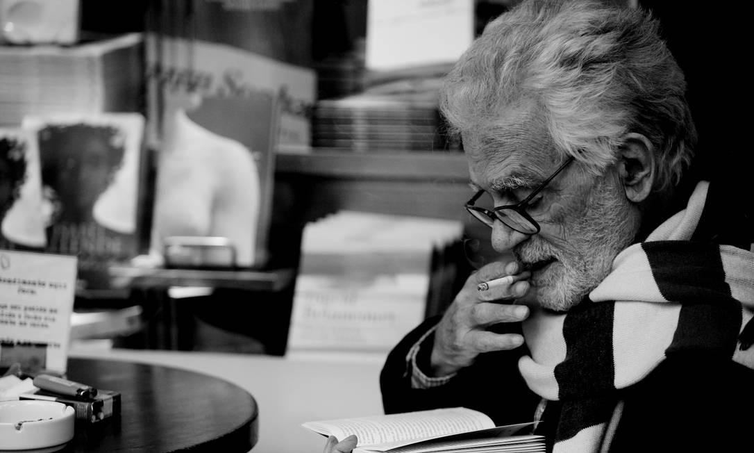 O cineasta Eduardo Coutinho, morto na semana passada, numa livraria que costumava frequentar no Jardim Botânico (Foto de Ana Carolina Fernandes) Foto: Ana Carolina Fernandes