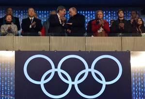 Palco internacional. Putin (à direita) conversa com o presidente do COI, Thomas Bach, ao lado do secretário-geral da ONU, Ban Ki-moon Foto: ALBERTO PIZZOLI / ALBERTO PIZZOLI/AFP