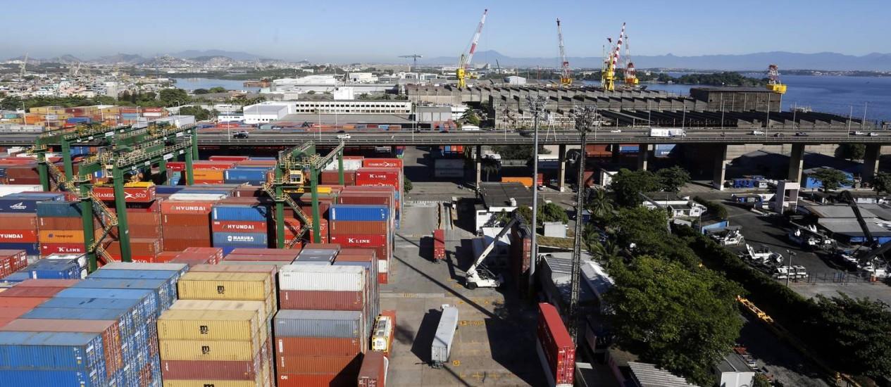 Obras devem aumentar capacidade de movimentação de contêineres no Porto do Rio, de 315 mil unidades anuais para 800 mil unidades Foto: Fabio Rossi / Agência O Globo