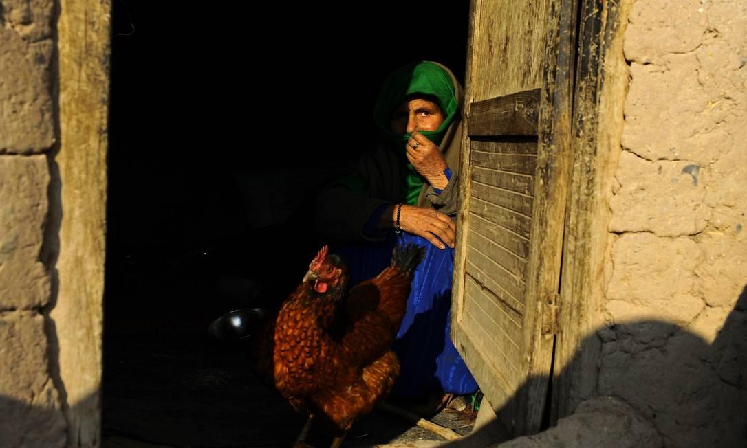 Uma mulher afegã em sua casa, em Herat, no oeste do país; de acordo com a ONU, nove milhões de afegãos ou 36% da população estão vivendo na pobreza absoluta Foto: Aref Karimi / AFP