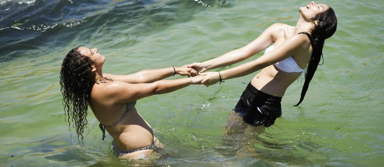 Jovens brincam no mar calmo do Arpoador Foto: Fabio Seixo / Agência O Globo