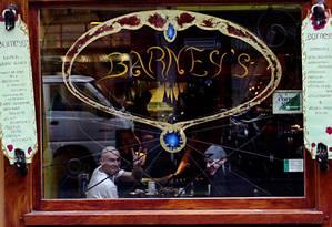 Clientes em um coffee shop em Amsterdã: país está ficando para trás na legalização da maconha Foto: Arquivo