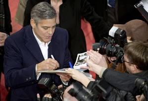 O diretor e ator George Clooney diante dos fãs no tapete vermelho do evento: ele divulga o filme 'Caçadores de obras-primas' Foto: POOL / REUTERS