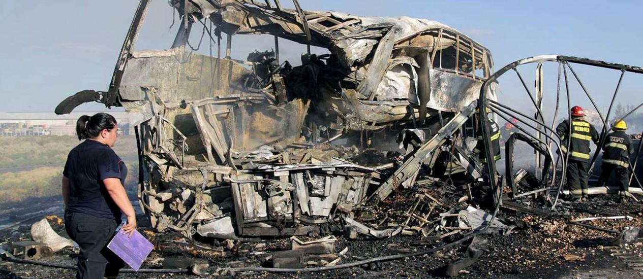 Bombeiros trabalham nos escombros do ônibus e do caminhão que se chocaram em uma estrada argentina Foto: Delfo Rodriguez / AFP