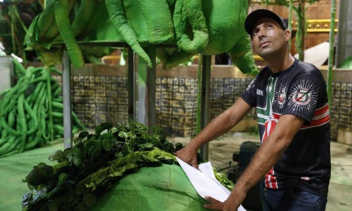 Silvio Ferreira, diretor de barracão da Grande Rio, controla prazos e materiais como se estivesse num canteiro Foto: Daniela Dacorso / O Globo