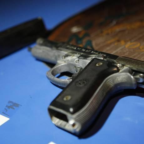 Policiais militares apreenderam uma pistola 9 mm Foto: Guilherme leporace / Agência O Globo