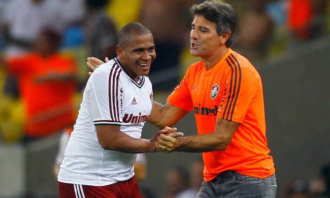 88efa78f53546 Renato Gaúcho cumprimenta Walter após o atacante marcar o terceiro gol do  Fluminense contra o Flamengo