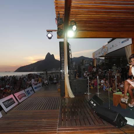 Show da cantora Jesuton, durante projeto Verão Rio, na Praia de Ipanema Foto: Daniela Dacorso / O Globo