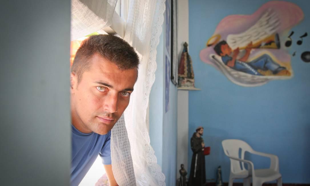 Na estatística. O eletricista Cleber Franchi, que bebia três litros de álcool por dia e teve duas overdoses, hoje está internado e recebe R$ 1.500 por mês do INSS Foto: O Globo / Marcos Alves