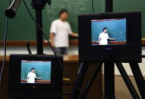 Professor é filmado durante produção de videoaula para o novo portal da OBMEP Foto: Agência O Globo