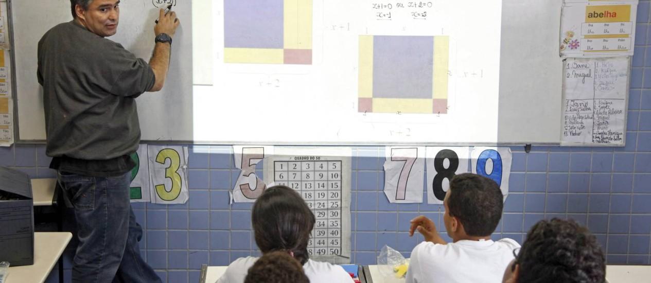 Professor de matemática dá aula em escola pública da Taquara, no Rio Foto: Fábio Rossi / Agência O Globo