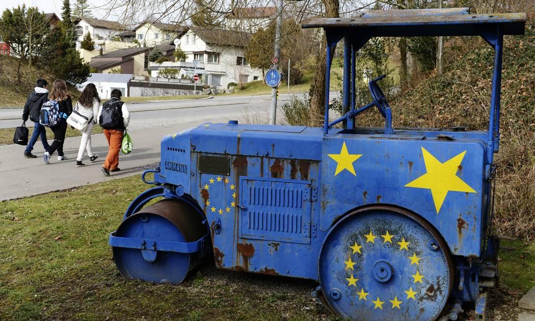 Trator com as estrelas da União Europeia é visto à margem de uma rua em Kloten, na Suíça Foto: Steffen Schmidt / AP