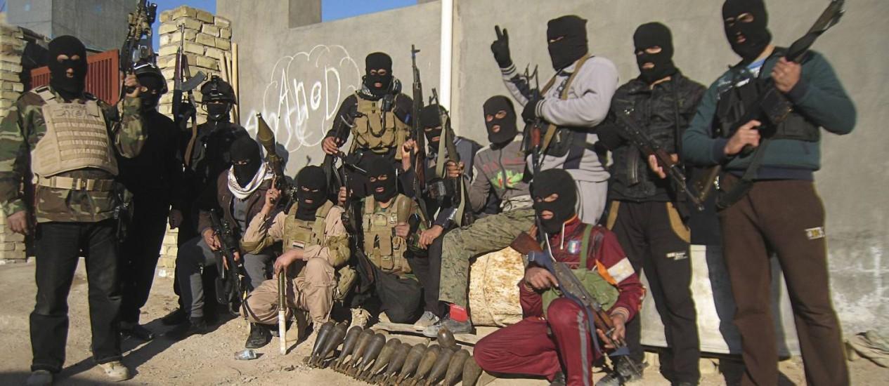 Militantes sunitas mascarados posam em foto na cidade de Faluja, A 70 quilômetros de Bagdá Foto: REUTERS