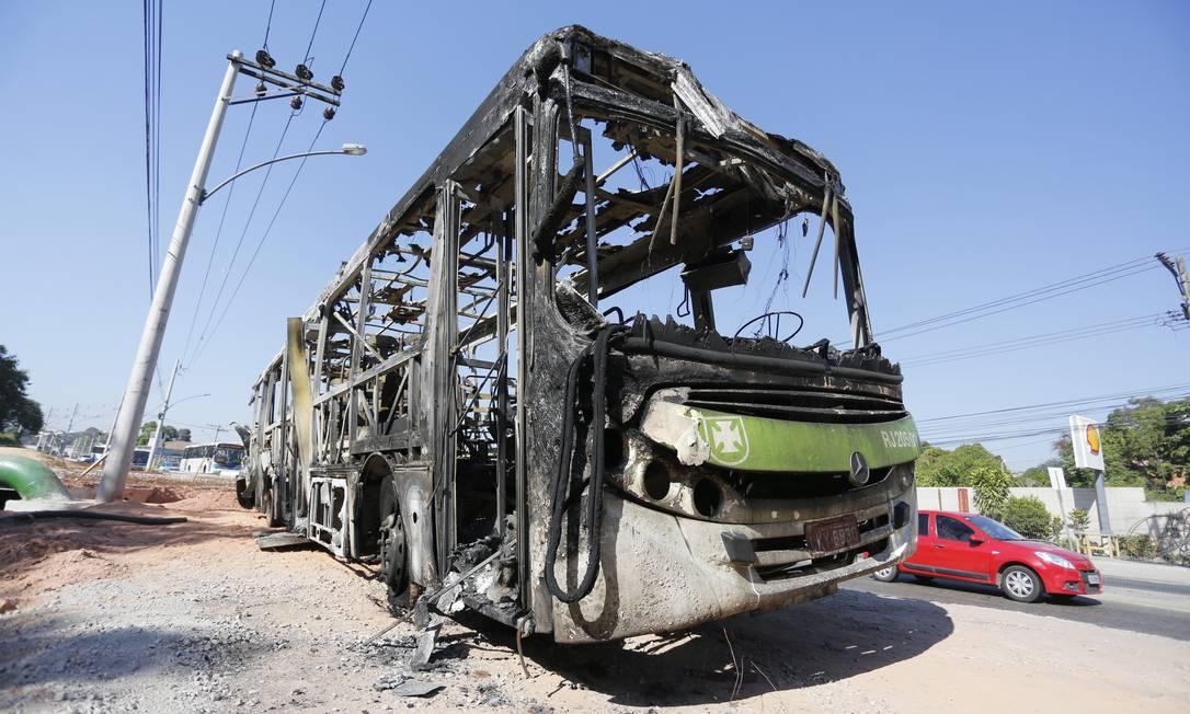 Ônibus incendiado por manifestantes que protestaram contra mortes na Zona Oeste Foto: Fabio Rossi / O Globo