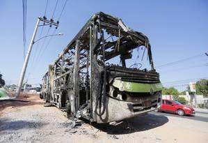 Ônibus incendiado por manifestantes que protestaram contra mortes na Zona Oeste Foto: Fabio Rossi / Agência O Globo