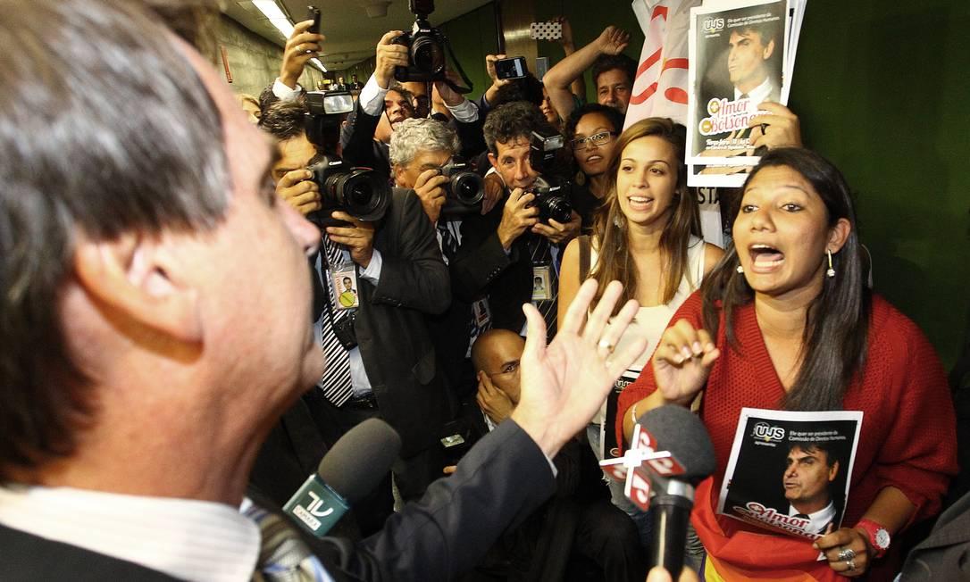 """PA - BRASÍLIA - BSB - 11/02/2014 - PA - Militantes da Uijão da Juventude Socialista promovem """"beijaço"""" contra o deputado Jair Bolsonaro e sua candidatura à Comissão de Direitos Humanos da Câmara. FOTO: ANDRE COELHO / Agencia O Globo. Foto: ANDRE COELHO/Agencia O Globo / Agência O Globo"""
