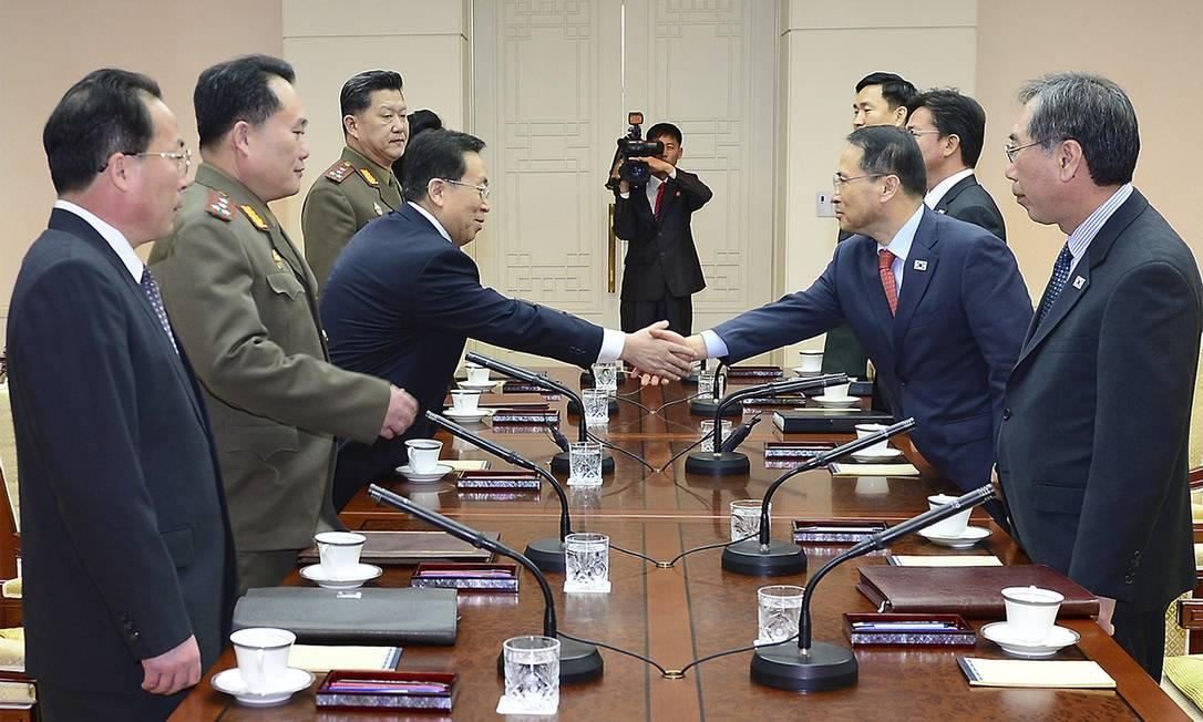 O chefe da delegação norte-coreana, Won Tong Yon (terceiro à esquerda) aperta a mão de seu colega sul-coreano Kim Kyou-hyun (segundo à direita) Foto: YONHAP / REUTERS