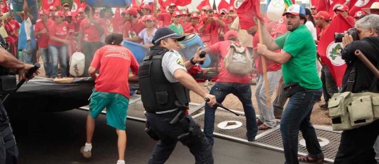 Policiais entram em confronto com manifestantes do MST Foto: Jorge Willian / O Globo
