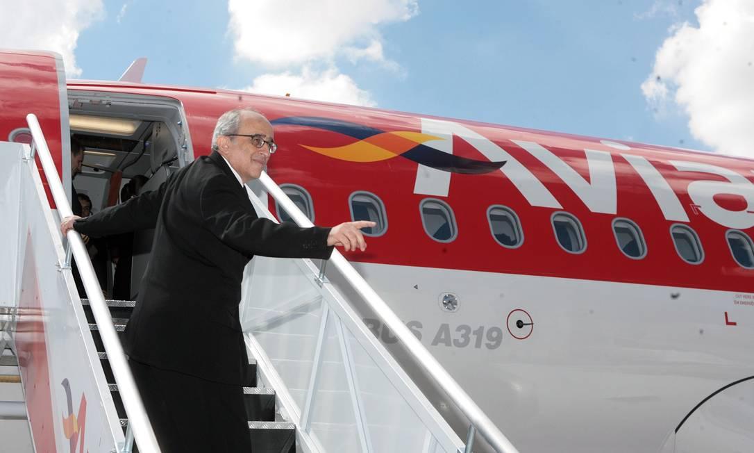 Em foto de 2010, o diretor-executivo da empresa José Efromovich desce de um Airbus A319 Foto: Marcos Alves