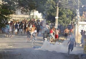 Manifestação de moradores da Comunidade Bateau Mouche, na Praça Seca, em Jacarepaguá, Zona Oeste do Rio Foto: Guito Moreto / Agência O Globo