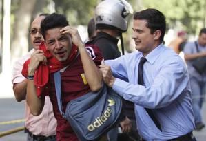 Homem é detido por policiais não fardados em Caracas Foto: STRINGER/VENEZUELA / REUTERS