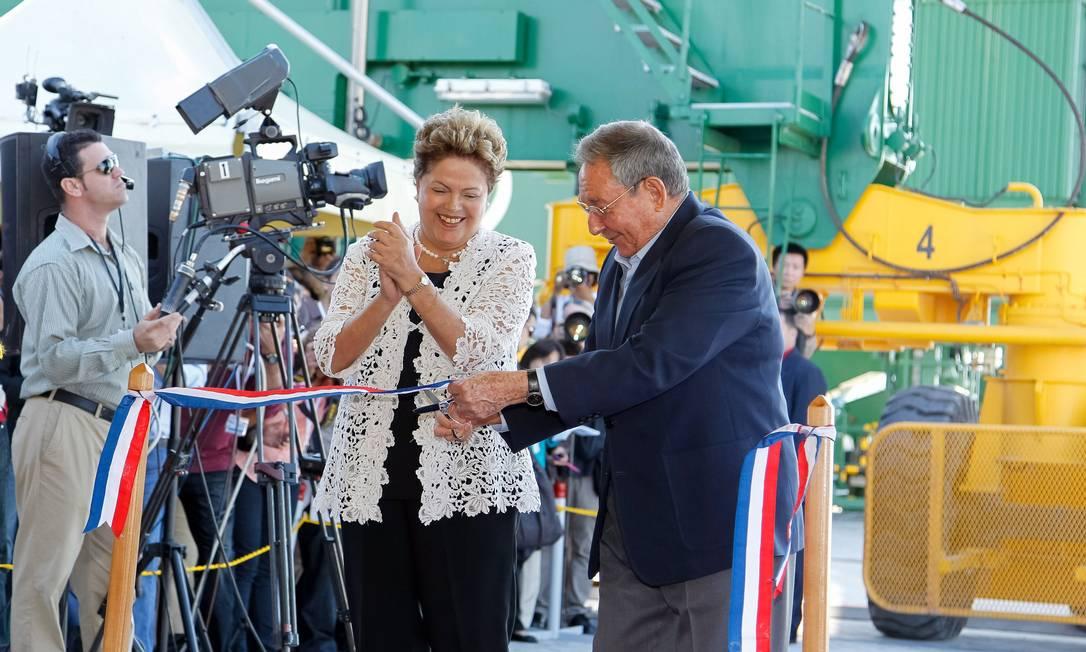 Cooperação. Presidente Dilma aplaude presidente cubano, Raúl Castro, durante inauguração do Porto de Mariel Foto: Terceiro / Roberto Stuckert Filho/Presidência da República/27-1-2014