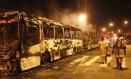 Três ônibus são incendiados em protesto no Engenho Novo Foto: Marcelo Carnaval / Agência O Globo
