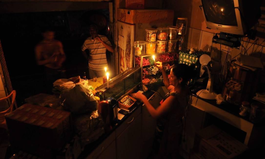 Bar da Rose, em Vitória, funcionou com velas durante o apagão: ONS informou que o problema foi causado pela explosão de um transformador numa subestação Foto: Marcos Fernandez/A Gazeta