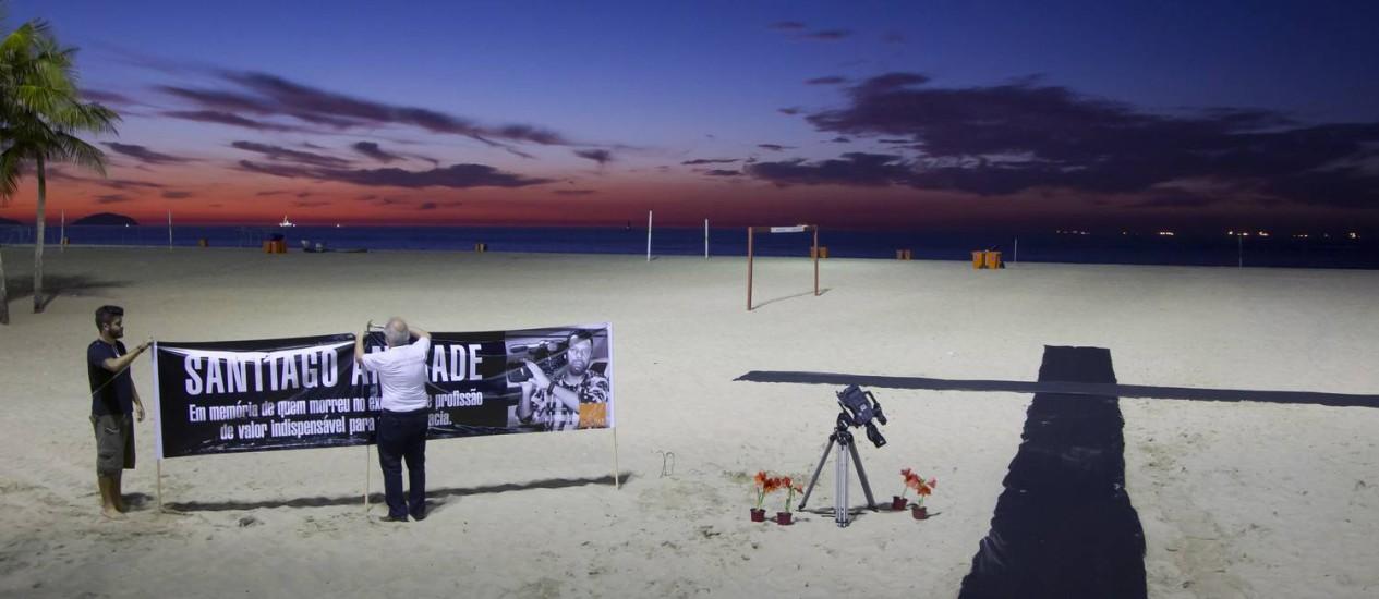 ONG Rio de Paz faz homenagem ao cinegrafista Santiago Andrade na Praia de Copacabana Foto: Fernando Quevedo / Agência O Globo